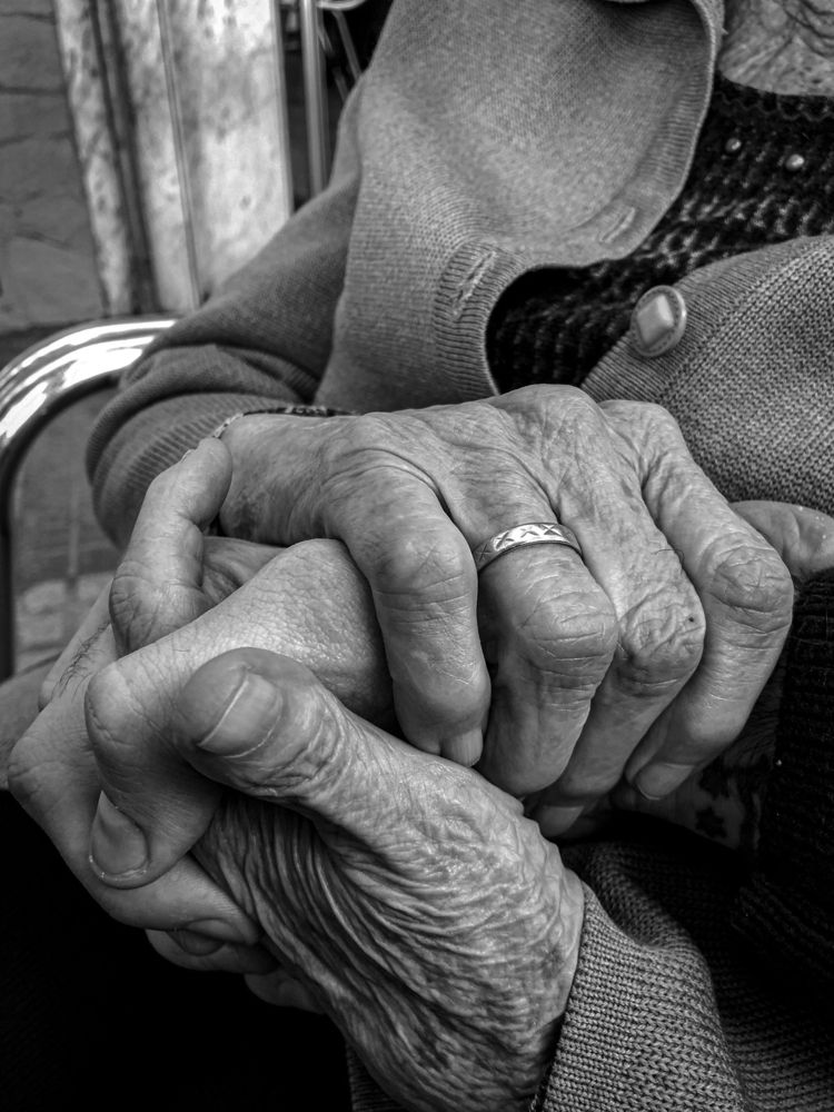 Grandmas - grandma, abuela, manos - errebeele   ello