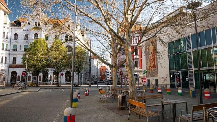 Zankl Hof- Platz der Freiwillig - marcstipsits | ello