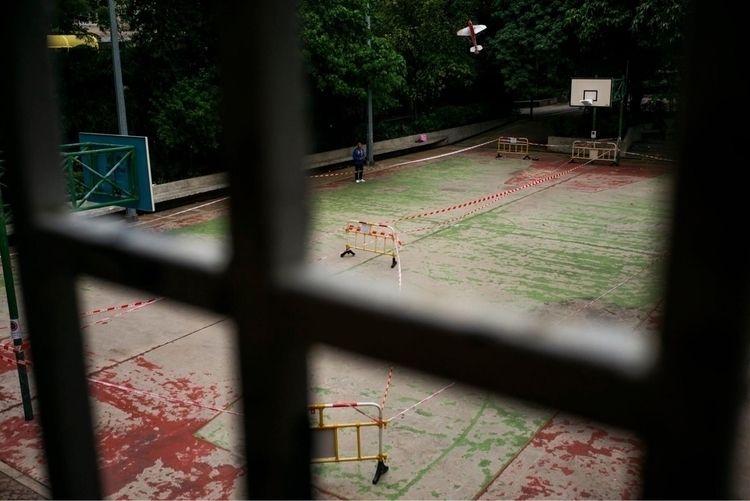 籃被膠袋包住了,場地也被圍欄與寫上危險紅白相間的膠條封住了。這 - karlwong422 | ello