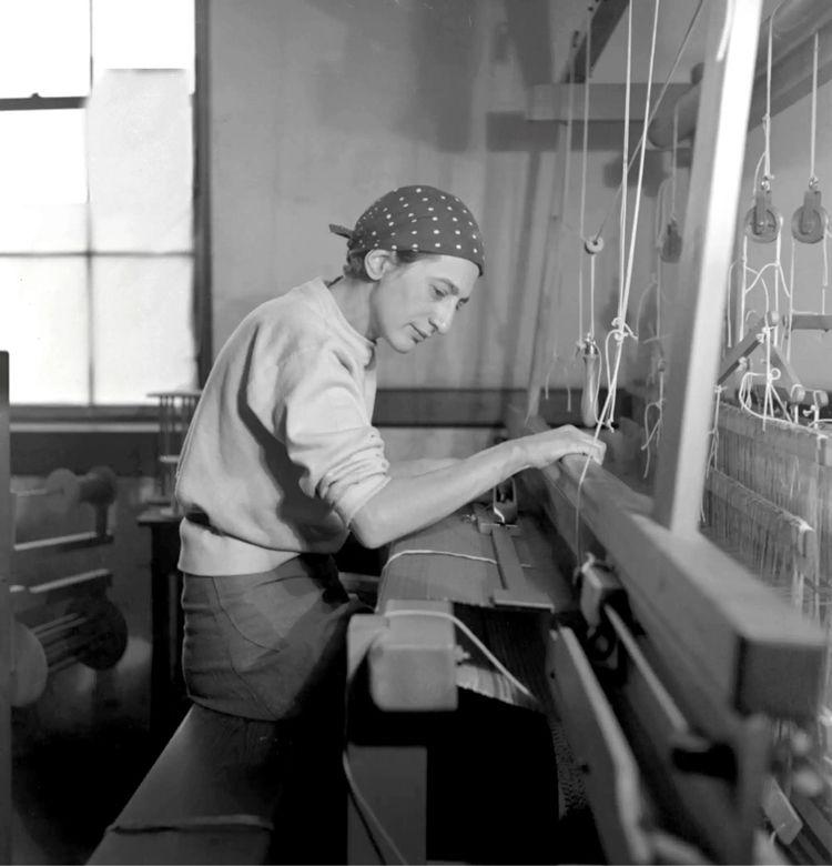 Anni Albers photographed weavin - bauhaus-movement   ello