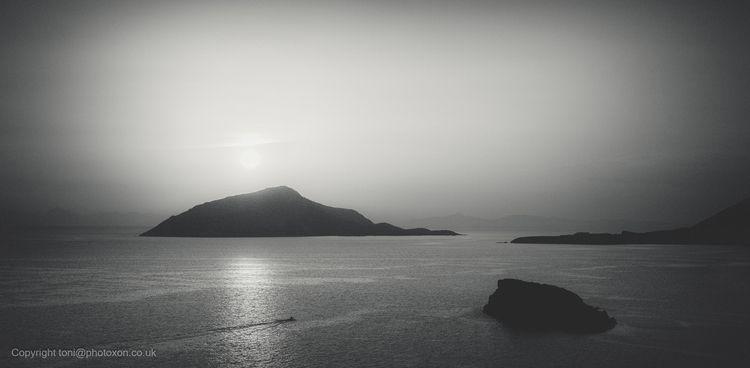 land looked shield, laid misty  - toni_ertl | ello
