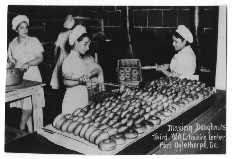 WACs_making_doughnuts_circa_1944.jpg