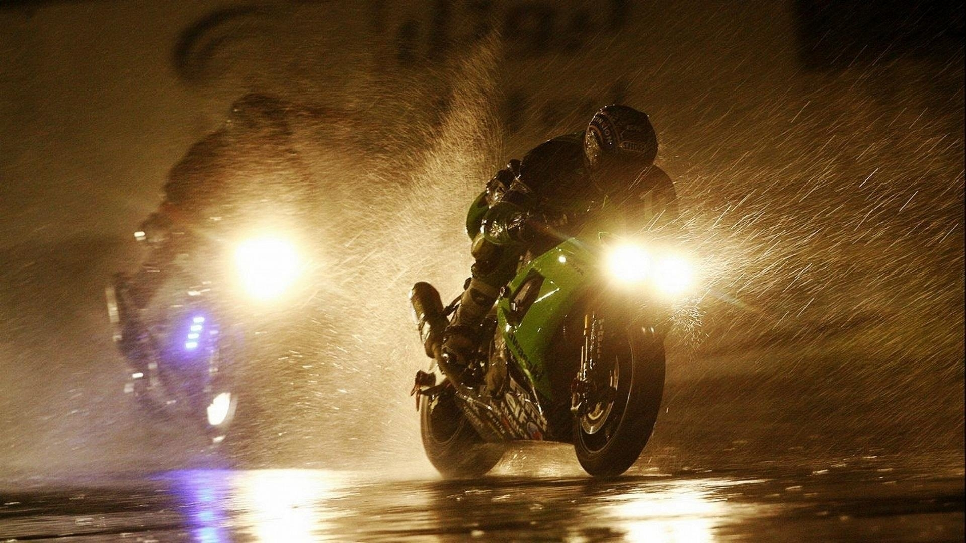 Some people walk rain, wet. Rog - motolocosb   ello