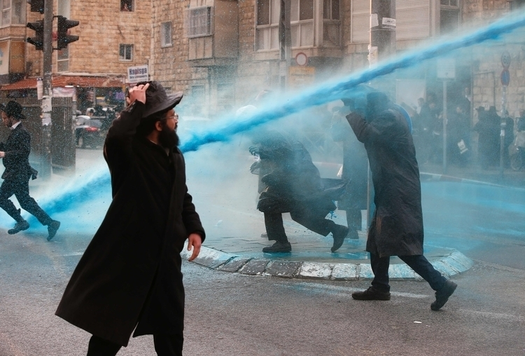 Israeli police spray water ultr - ellonews   ello