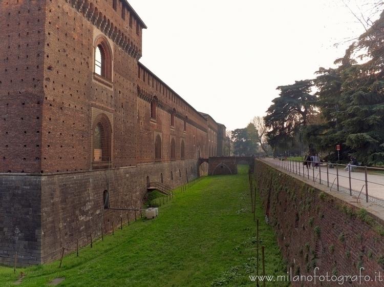( ): Moat Sforza Castle side Se - milanofotografo | ello