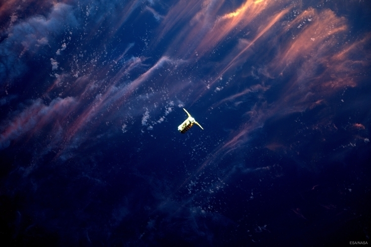 Approach Sunset - cygnus, nasa, esa - valosalo | ello