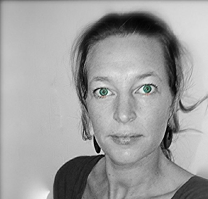 Lady Black  - SamsungGT-S5830, portraitphotograpy - heinvanwersch | ello