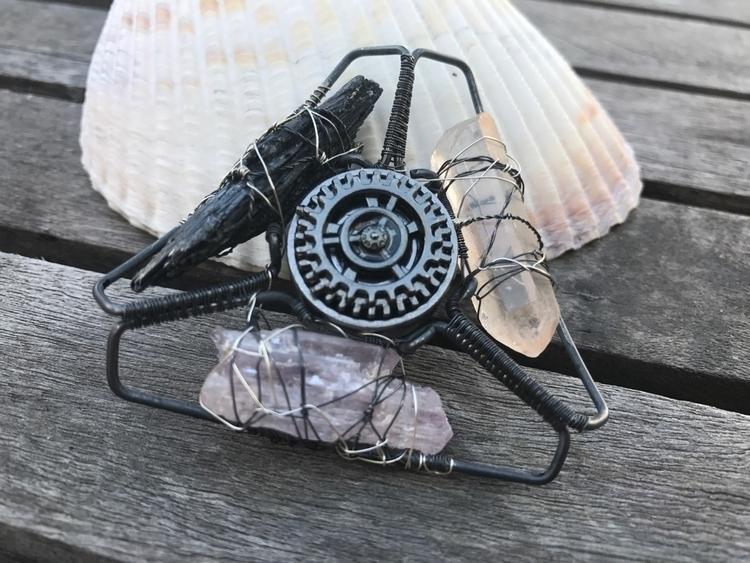 DM custom crystal fidget spinne - twistedleafstudio | ello
