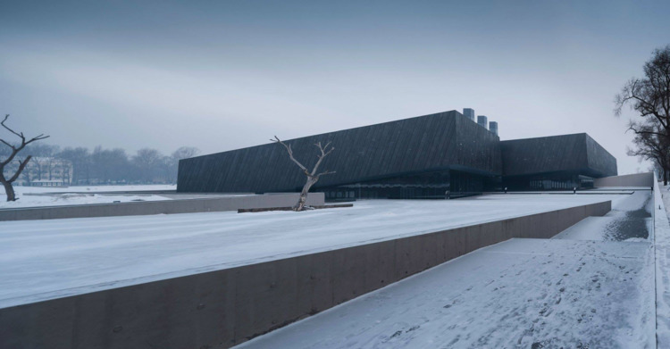 Sloping black volumes penetrate - elloarchitecture | ello