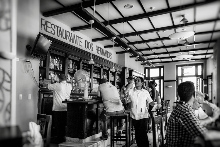 busy waitress - Habana, Cuba - christofkessemeier | ello