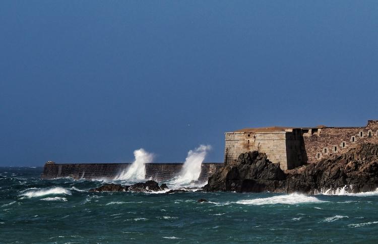 Waves Alderney - hitting massiv - neilhoward | ello