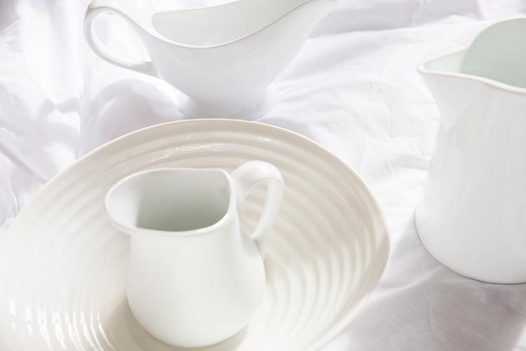 White sheets table clothes. iro - thephotolabel | ello