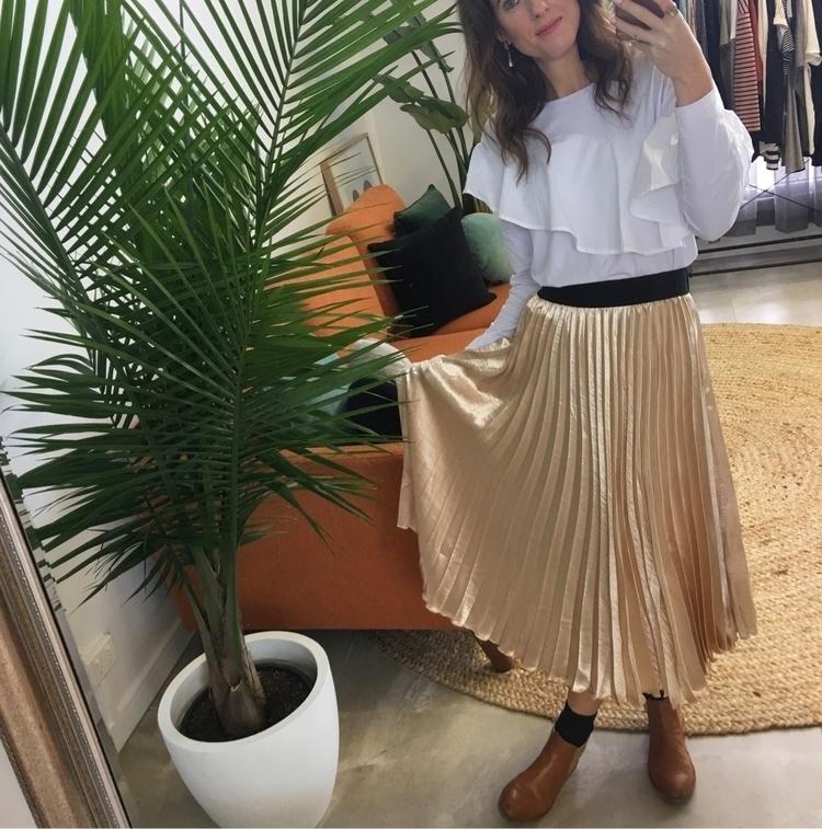 Metallic pleated skirt :heavy_c - bycaitlinanne | ello
