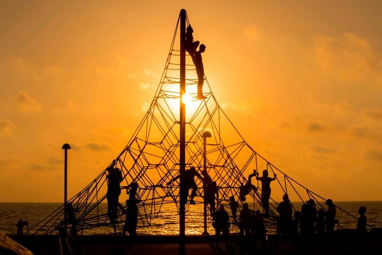 Muslim children climb ropes par - ellonews | ello