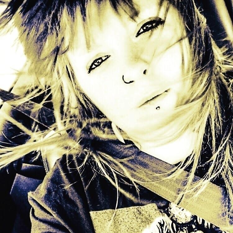 selfie, windy - illaurail | ello