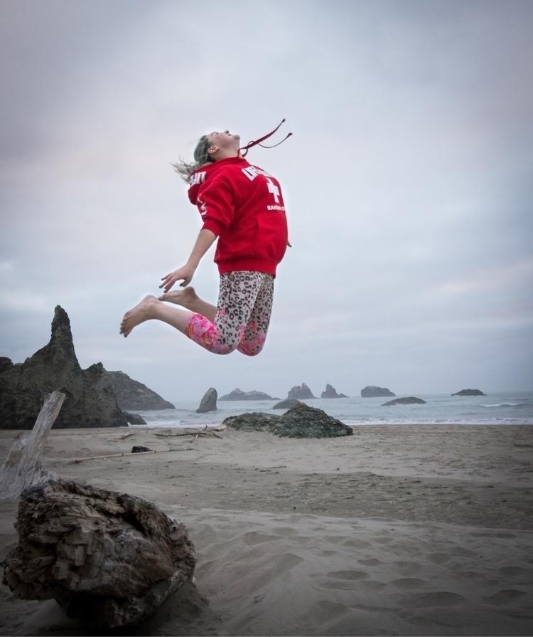 daughter jumping log beach Band - richtpt | ello