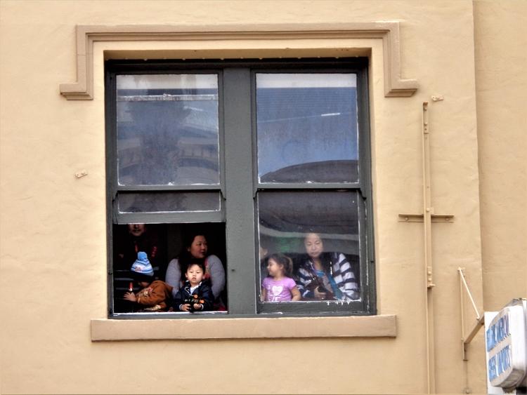 El Desfile por la ventana - SanFrancisco - hatun | ello