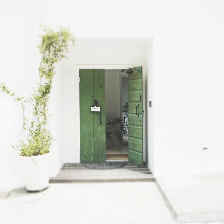 quiet day / doors opening _ ph - andomcdonnell | ello