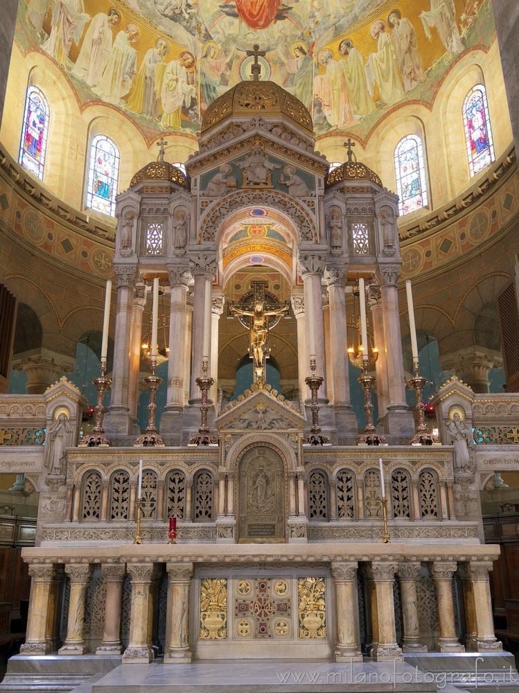 Milan (Italy): Main altar Basil - milanofotografo | ello