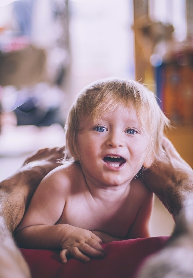 baby orión - red, sofa, blonde, hand - natxodiego | ello