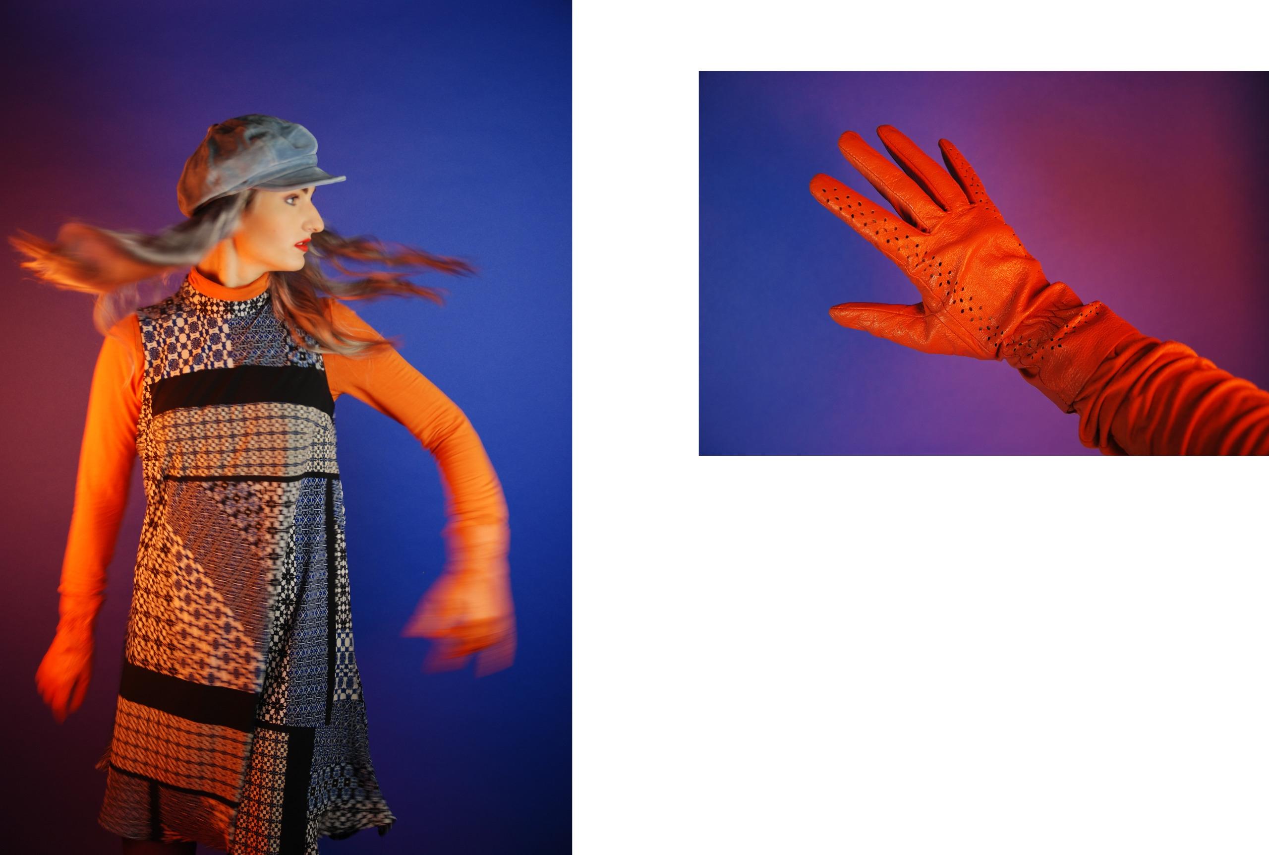 Obraz przedstawia dwa zdjęcia, z lewej strony widzimy kobietę w ruchu, kobieta ma na sobie sukienkę, pomarańczową bluzkę i rękawiczki, niebieski beret na głowie. Z lewej strony zdjęcie przedstawia dłoń w pomarańczowej rękawiczce na niebieskim tle oświetlonym ciepłym światłem.