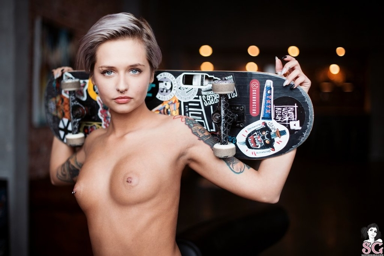 tits, piercing, tattoo, skateboard - ukimalefu   ello