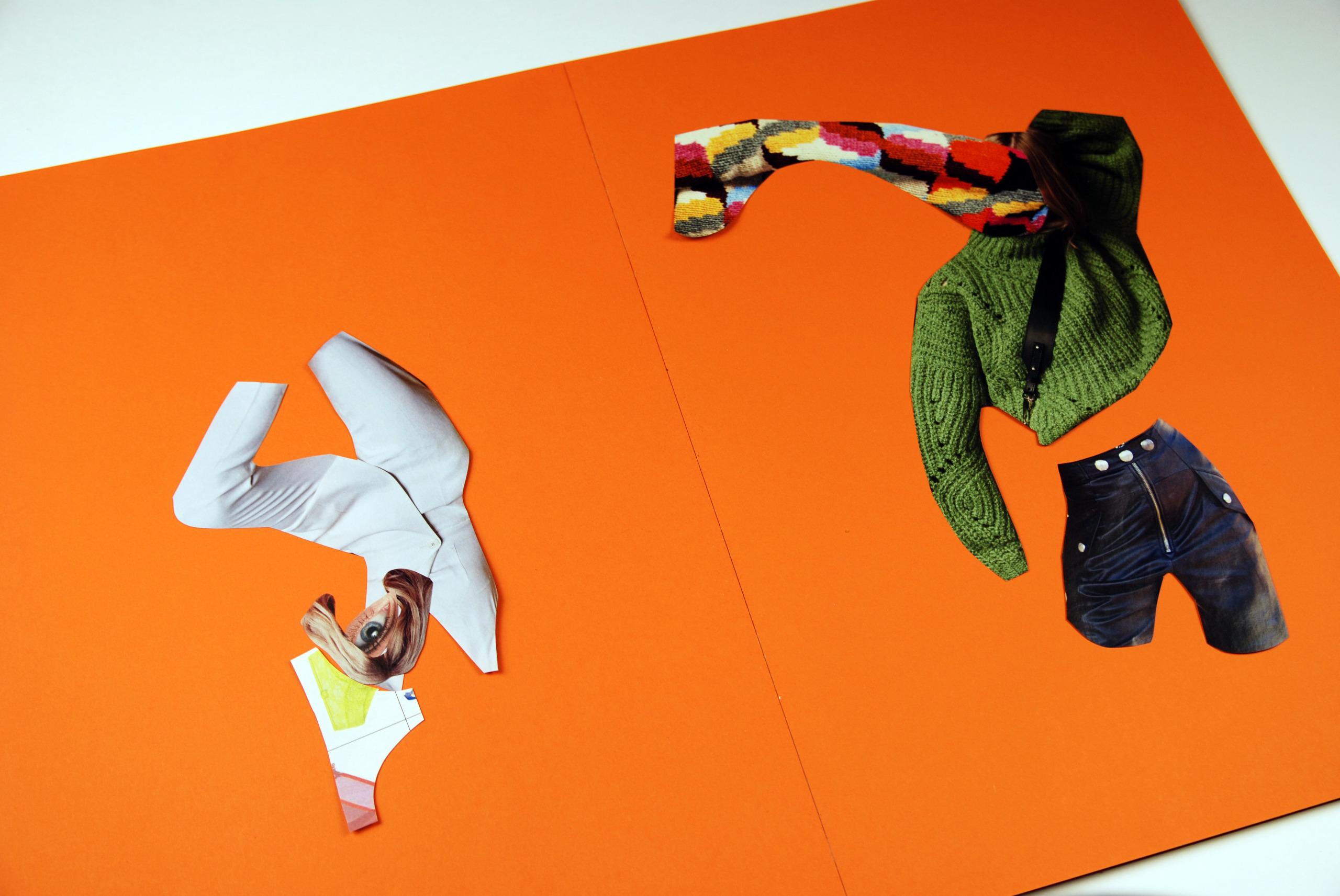 Zdjęcie przedstawia rozłożony pomarańczowy zeszyt z powycinanymi elementami z gazet.