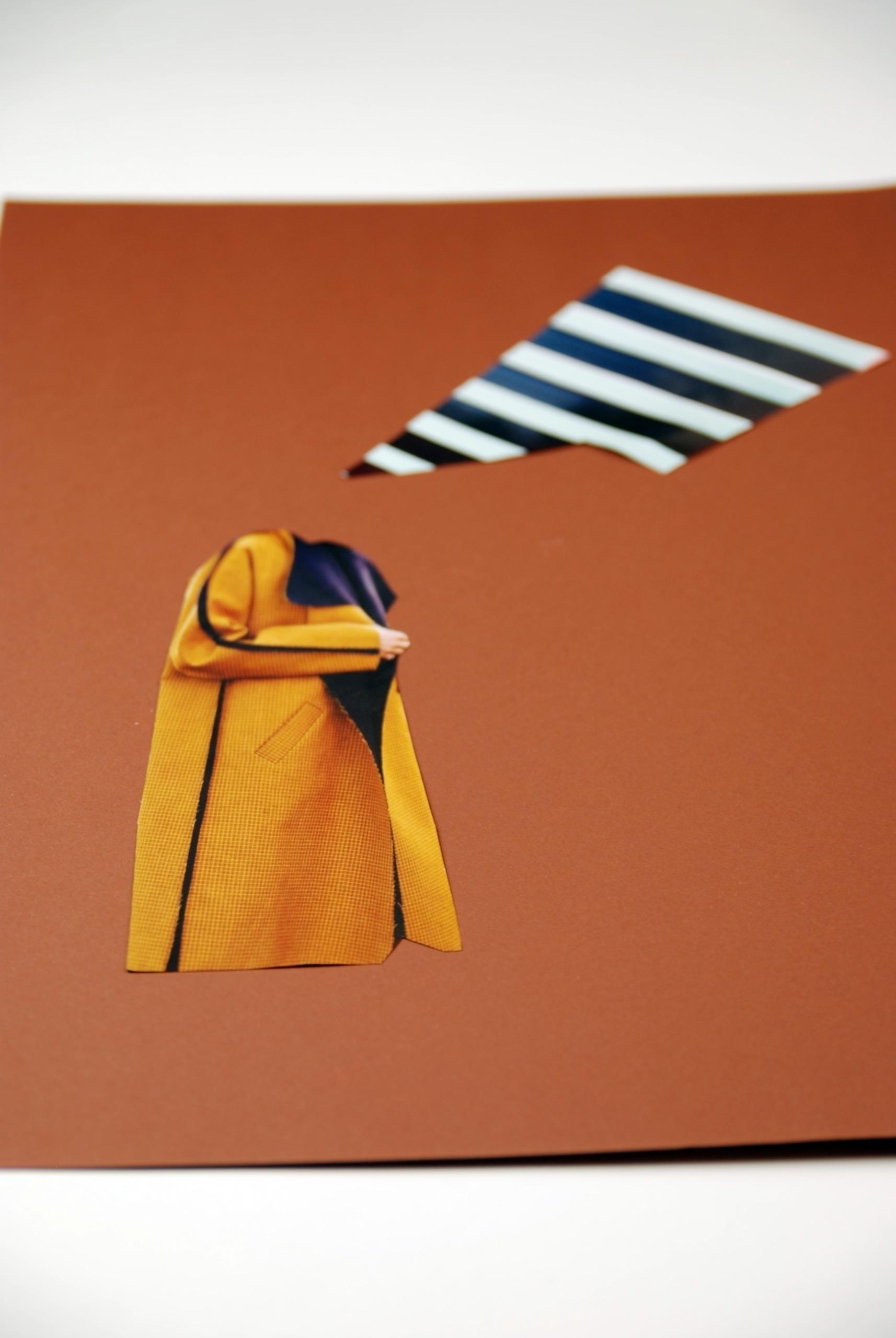 Zdjęcie przedstawia kolaż na brązowym tle, widzimy element w czarno-białe pasy i płaszcz.