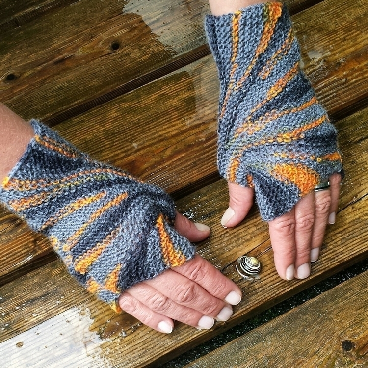 Starburst Mitts - free knitting - sybilra | ello
