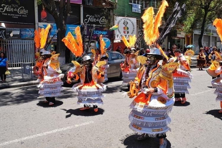 Ein Festumzug La Paz vor dem Ta - weltfarben | ello