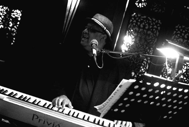 hands. Piano Man Antonio York - photos - hallicj   ello