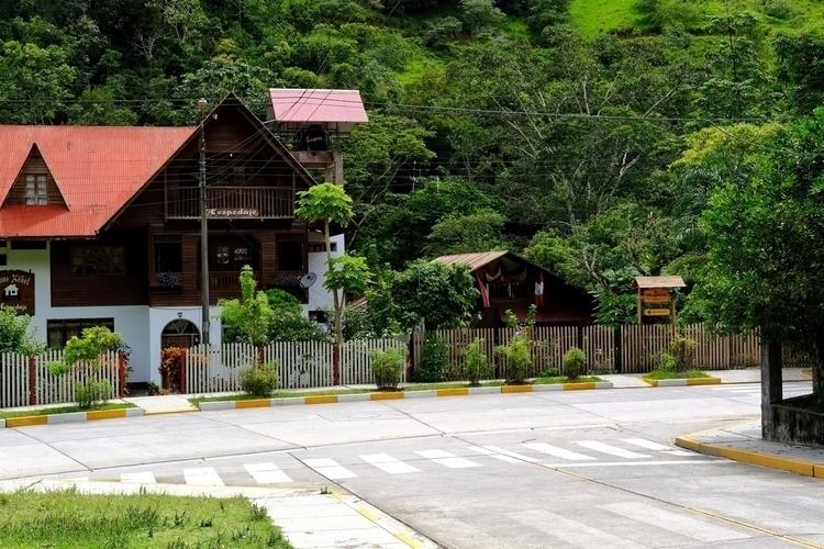 Ein typisches Haus Pozuzo - weltfarben | ello