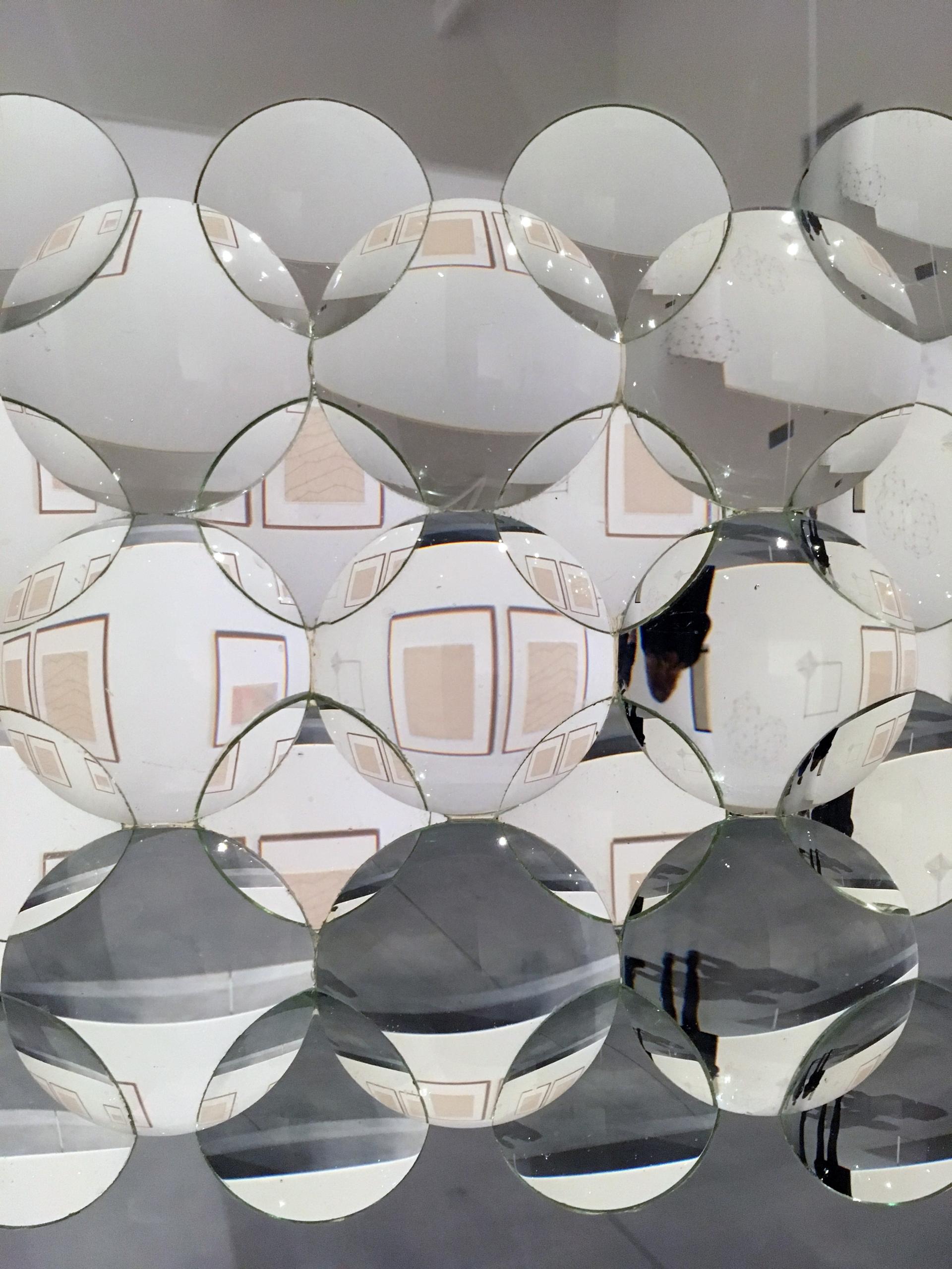 Zdjęcie przedstawia zbliżenie na obiekt zbudowany ze szklanych soczewek.