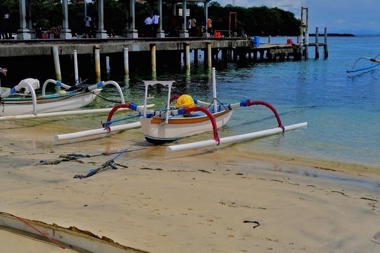 Ein traditionelles Boot auf den - weltfarben | ello