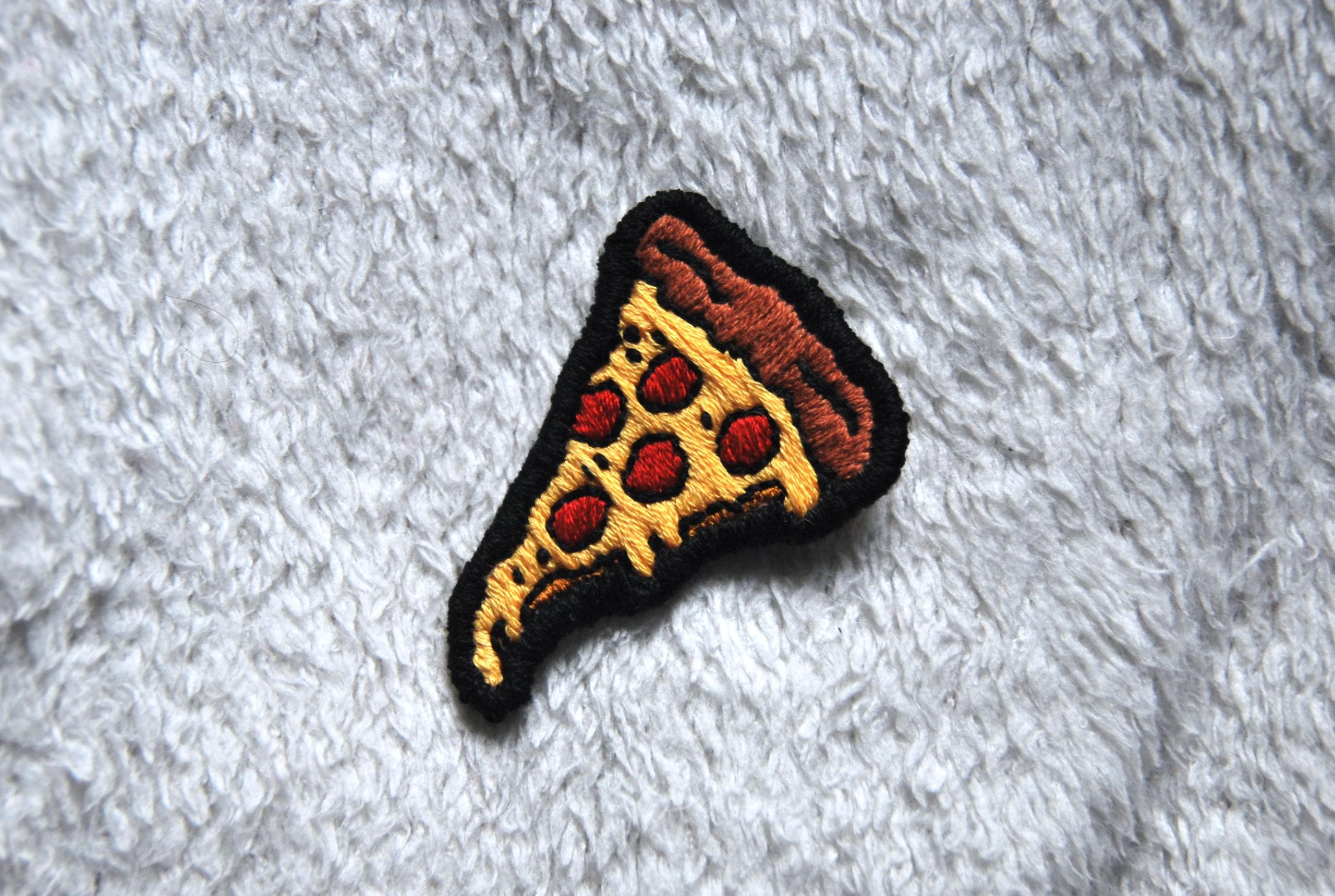 Pizza patch - handembroidery, textile - sienie   ello
