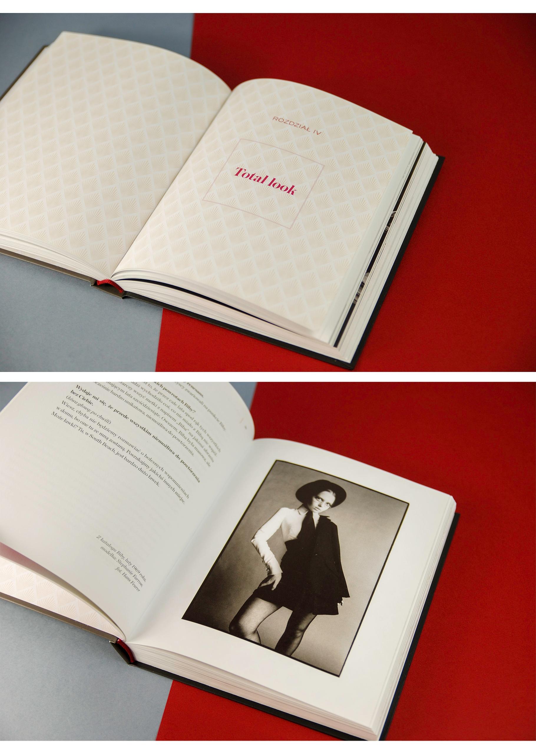 Obraz przedstawia dwa zdjęcia rozłożonej książki leżącej na niebiesko-bordowym podłożu.