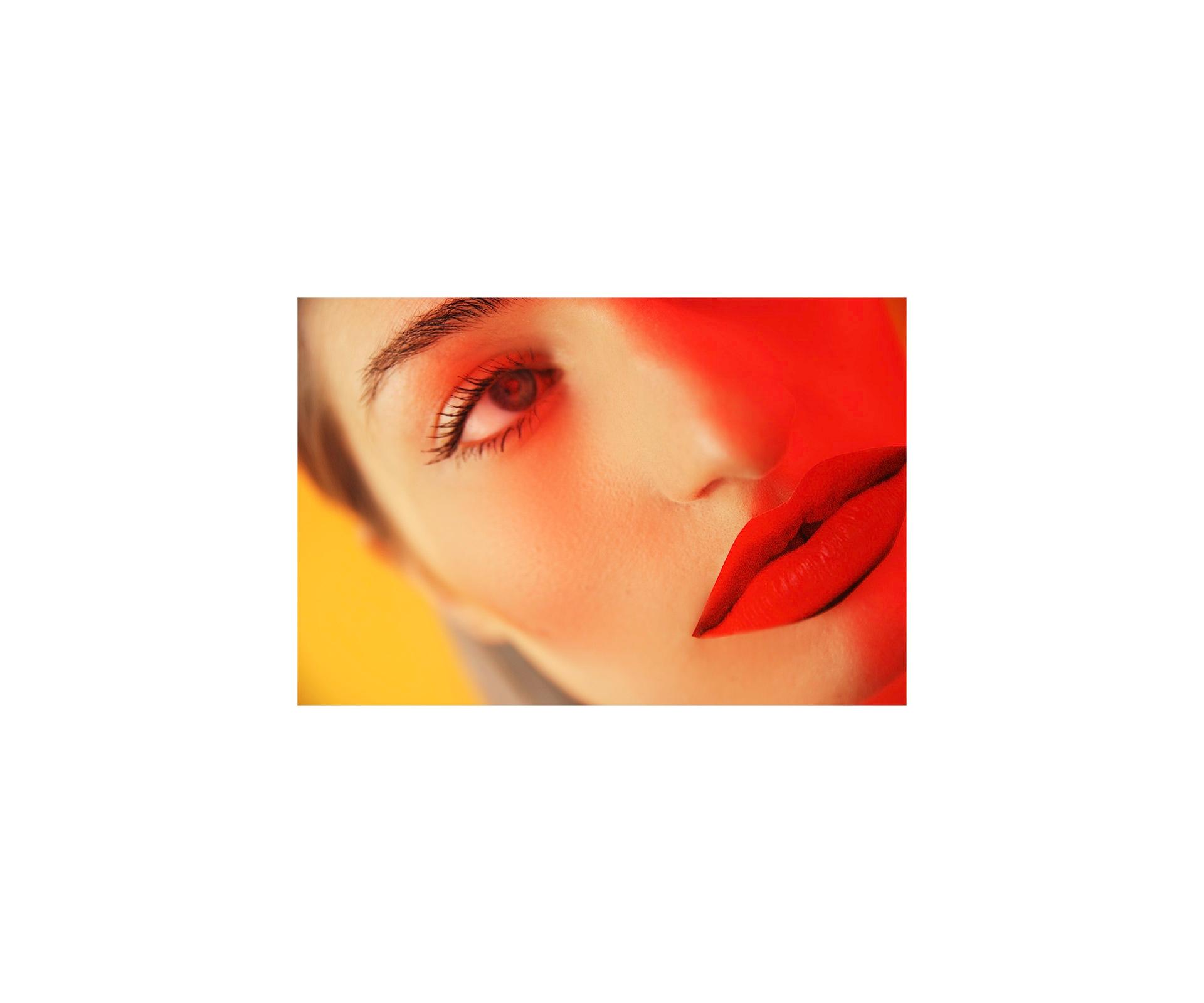 Zdjęcie przedstawia fragment twarzy kobiety z dużymi czerwonymi ustami.