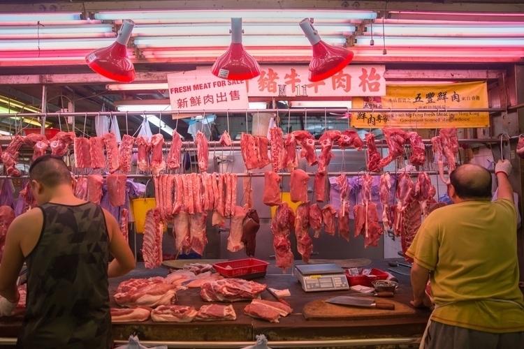 香港菜場裡的肉販。 Hong Kong Meat Stalls - yiruchen | ello