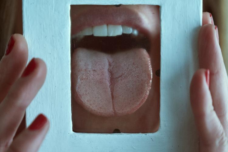 case emergency, lick glass. (IG - jsrphotos   ello