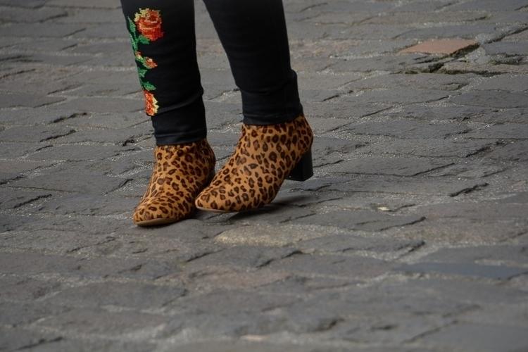 04 | 365 daily pedestrian - thedailypedestrian - myriam | ello
