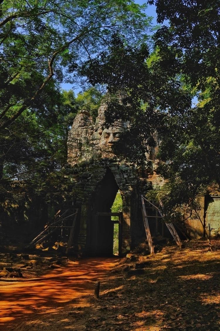 Ein Tor nach Angkor Thom. Der T - weltfarben | ello