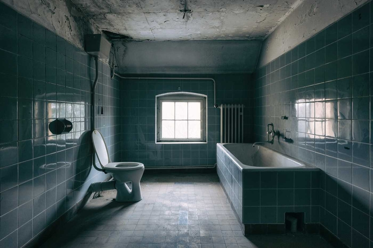 Decaying Bathrooms: Photography - photogrist   ello
