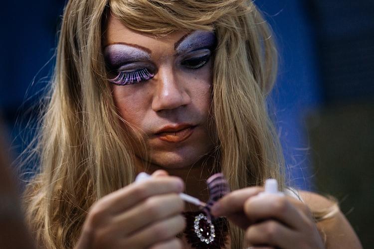 Drag queen puts eyelashes. Rio  - antonio_franco | ello