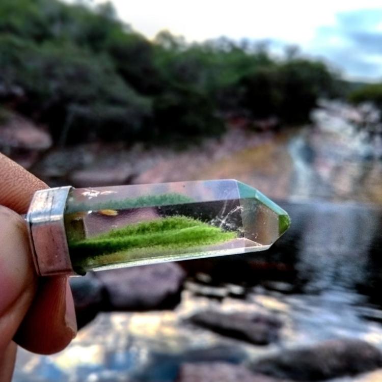 um cristal com musgo - sobrivix | ello