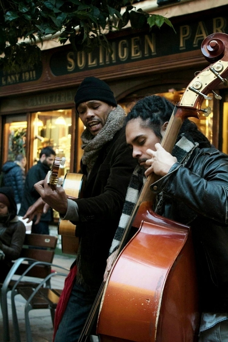 reggea singers Barcelona street - nebrunt | ello