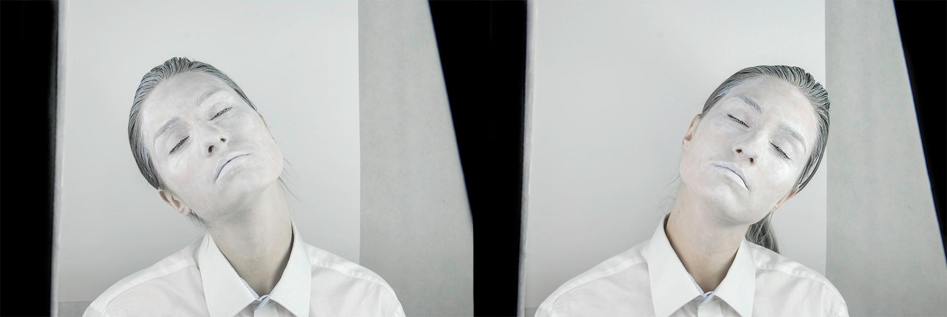 Obraz przedstawia dwa zdjęcia postaci pomalowanej białą farbą, która ma zamknięte oczy i odchyla delikatnie głowę do tyłu.