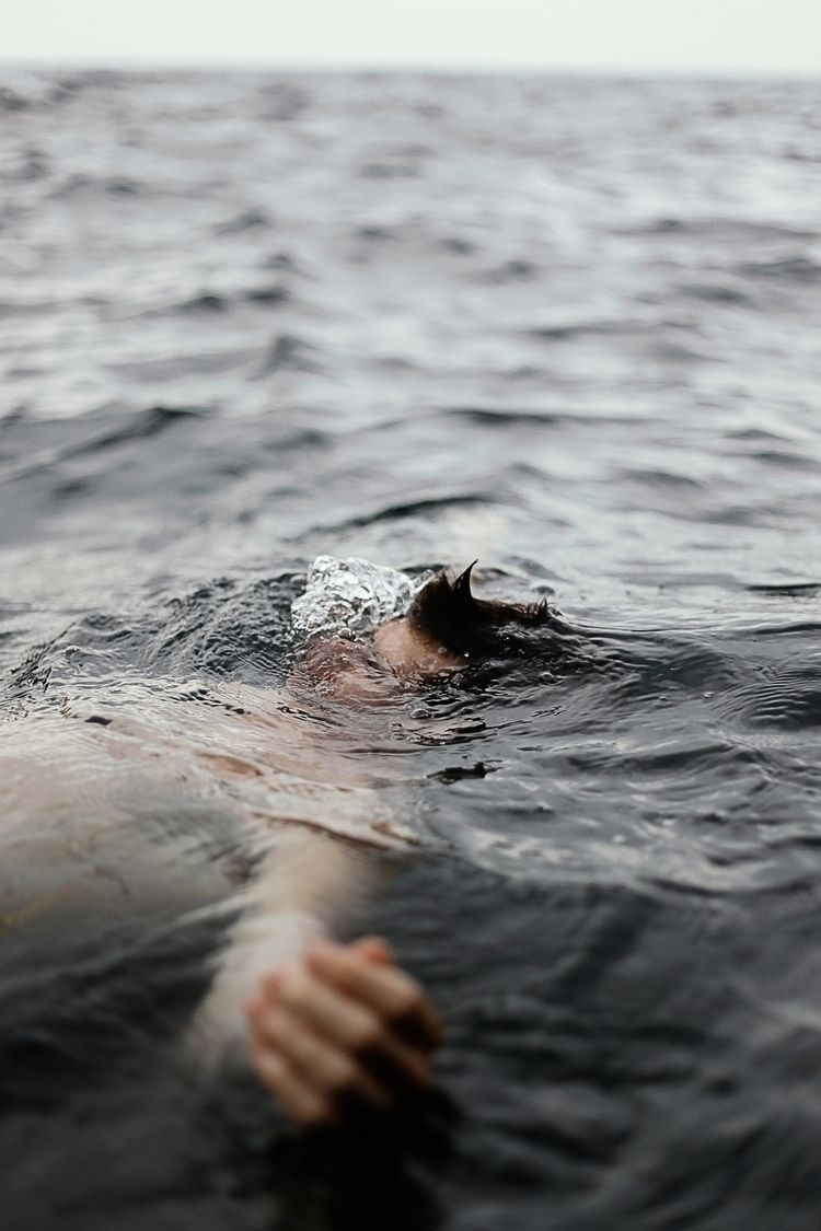 Floating, sinking, drowning. li - samscasso | ello