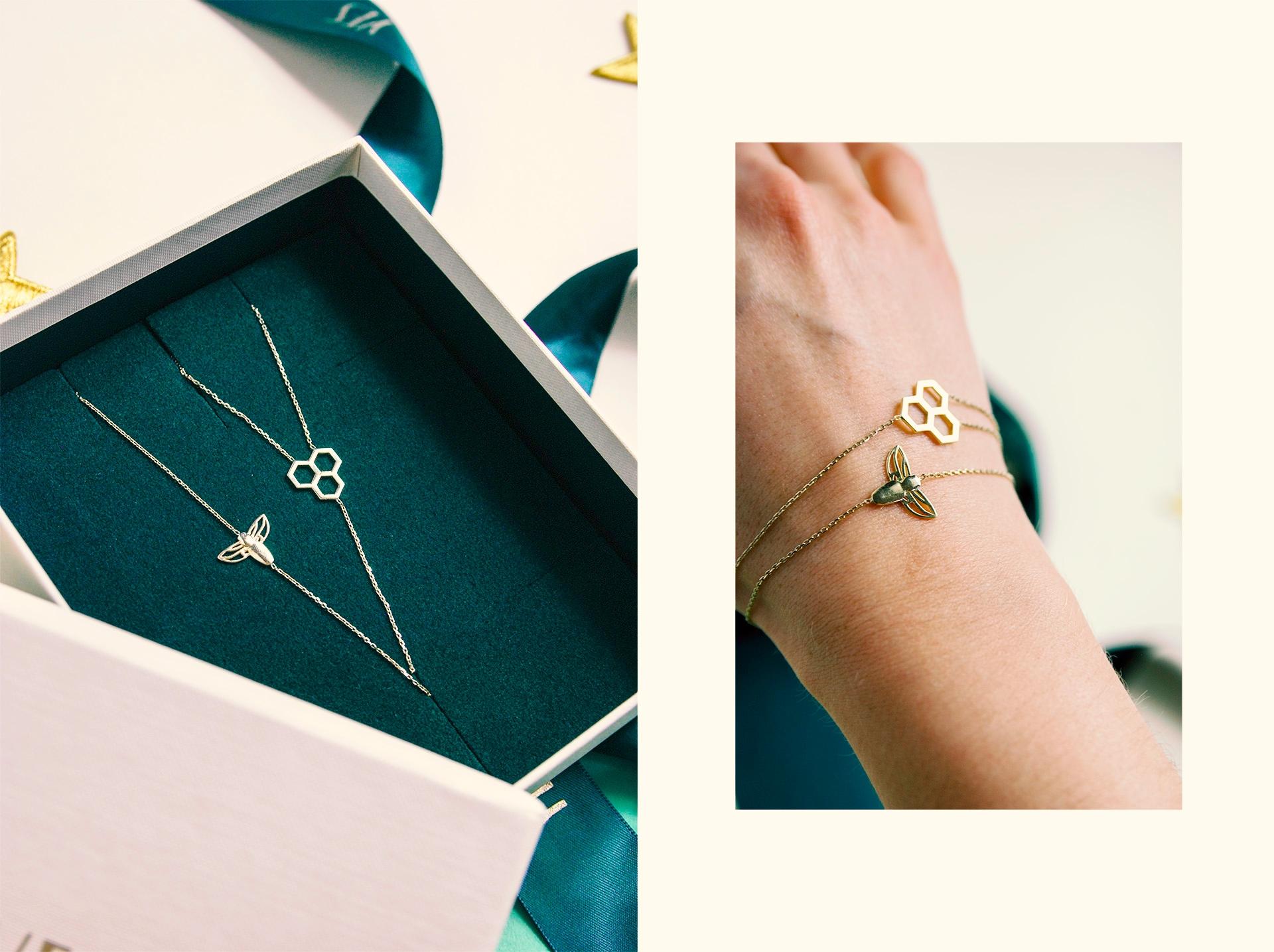 Obraz przedstawia dwa zdjęcia, na jednym widzimy dłoń ze złotymi bransoletkami, a na drugim bransoletki w pudełku.
