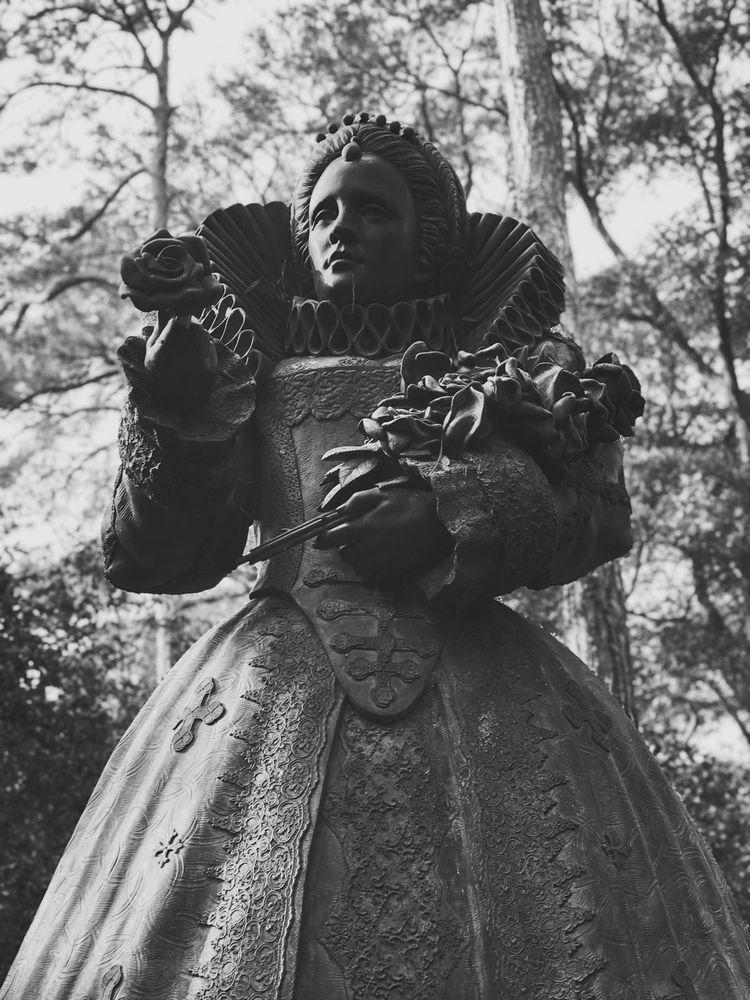 Statue Queen Elizabeth Elizabet - oscillatingchristal | ello