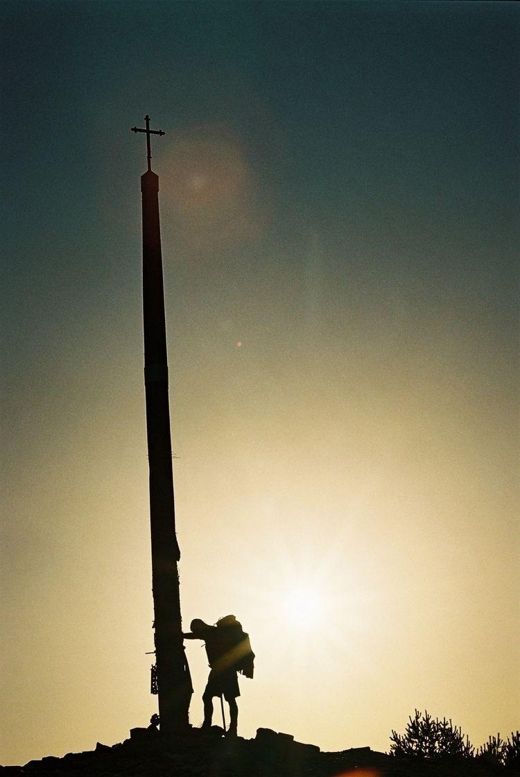 pilgrim prayer La Cruz de Hierr - pfaro | ello